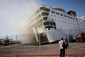 Ελευθέριος Βενιζέλος: Άγνωστο πότε θα σβήσει η φωτιά – Μεγαλώνει η κλίση του πλοίου