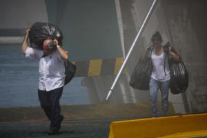 Ελευθέριος Βενιζέλος: Αδειάζει σιγά – σιγά το πλοίο – Συνεχίζεται η επιχείρηση κατάσβεσης