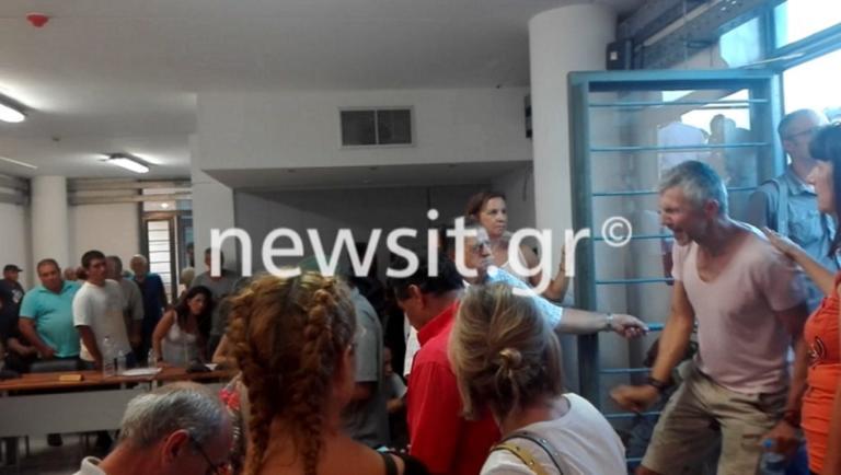 Χαμός στο δημοτικό συμβούλιο Μαραθώνα! Ξέσπασαν κατά του Ηλία Ψινάκη – Video