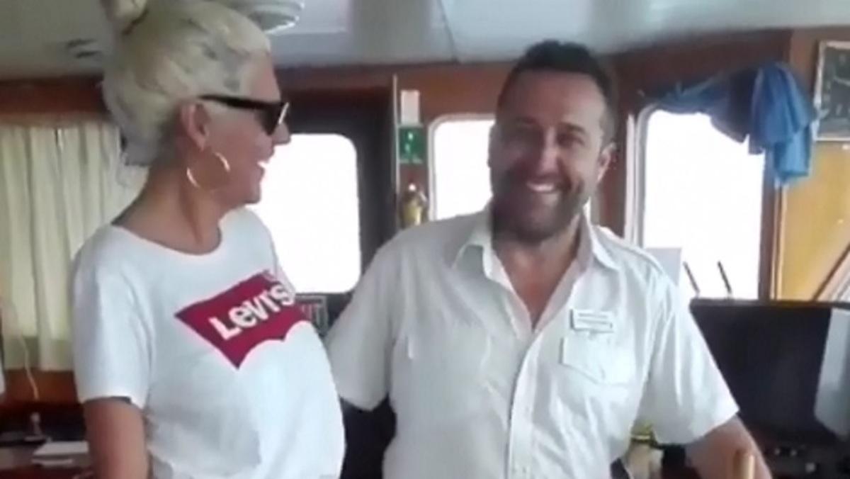 Η Σάσα Σταμάτη τρέλανε τον πλοίαρχο στους Παξούς! [vid] | Newsit.gr
