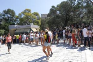 Πετάει ο τουρισμός! Φοβίζει, όμως, η αλματώδης αύξηση των εισαγωγών