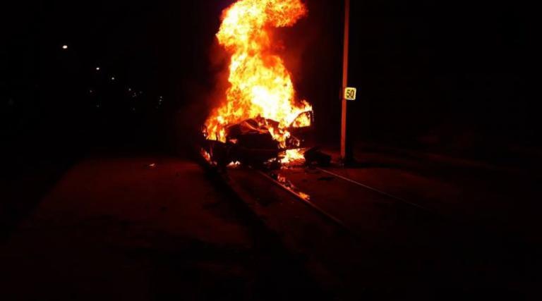 Τρομακτικό τροχαίο στη Βούλα: Πολυτελές αυτοκίνητο καρφώθηκε σε κολόνα και κατακάηκε – video | Newsit.gr