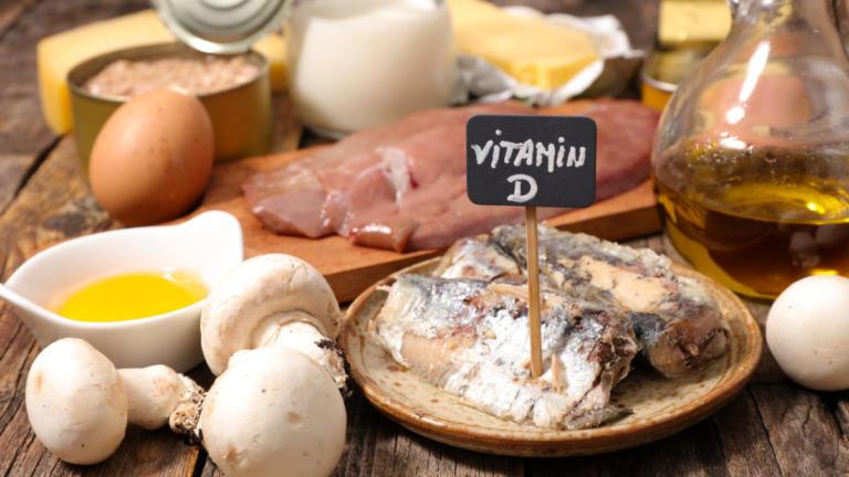 Βιταμίνη D: Σε ποιες τροφές θα την βρείτε – Πόση χρειάζεστε ανά ηλικία – Τι να προσέχετε [vids]