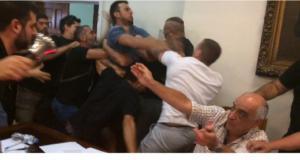 Βόλος: Έπεσε ξύλο στο δημοτικό συμβούλιο! – video