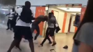 Πανικός στο αεροδρόμιο Ορλί! Διάσημοι ράπερ πλακώθηκαν στο ξύλο – video