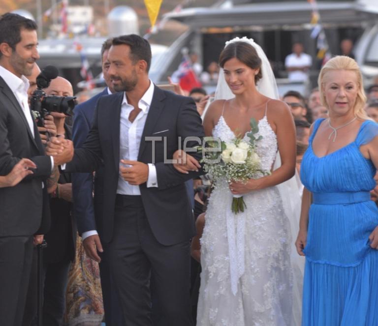 3ec46d21596f Σάκης Τανιμανίδης – Χριστίνα Μπόμπα  Ο λαμπερός γάμος τους στη Σίφνο με  τους διάσημους φίλους