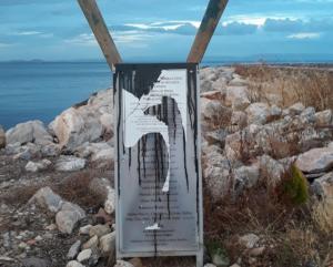 Λέσβος: Εθνικιστική οργάνωση ανέλαβε την ευθύνη για το γκρέμισμα του μνημείου για τους πρόσφυγες
