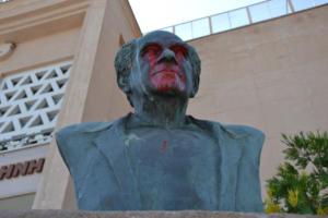 Πέταξαν μπογιές στην προτομή του ιστορικού δημάρχου και επικεφαλής του ΕΑΜ Λέσβου