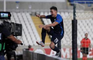 Europa League: Απίστευτη στιγμή! Πανηγύριζε το γκολ κι… εξαφανίστηκε από το γήπεδο – video