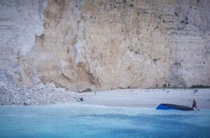 «Ναυάγιο»: Η αυτοψία στη ακτή της Ζακύνθου και η απαγόρευση από ξηρά και θάλασσα