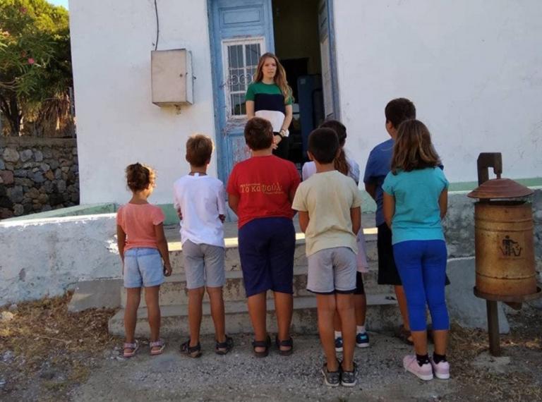 Αυτή είναι η δασκάλα που πάει κάθε πρωί στην Τέλενδο με βαρκούλα | Newsit.gr