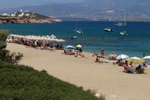 Καιρός: Επιμένει το καλοκαίρι – Βουτιές στη θάλασσα για δροσιά