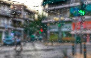 Καιρός: Βροχές και καταιγίδες – Πέφτει αισθητά το θερμόμετρο