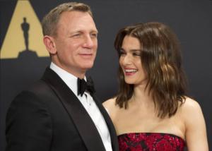 """Χαζομπαμπάς ο """"πράκτορας 007"""" – Γλυκιά μανούλα η Ρέιτσελ Βάις!"""