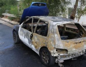 Ηράκλειο: Πρόλαβε να βγει στο τσακ από το φλεγόμενο αυτοκίνητο [pics]