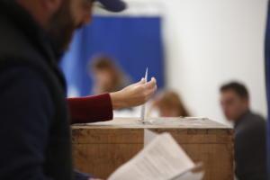 Δημοσκόπηση βγάζει ντέρμπι στις εκλογές – Κλείνει η ψαλίδα – Τρίτο κόμμα οι αναποφάσιστοι