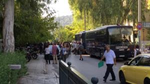 Ζακ Κωστόπουλος: Συγκέντρωση 200 ατόμων στα δικαστήρια