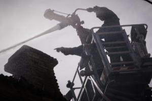 Υπό έλεγχο η φωτιά στην πολυκατοικία στην οδό Πιπίνου