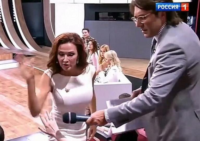 Απίστευτο βίντεο: Ηθοποιός χαστουκίζει γυναίκα από το κοινό σε εκπομπή! Είχε μιλήσει άσχημα για το άρρωστο παιδί της [video] | Newsit.gr