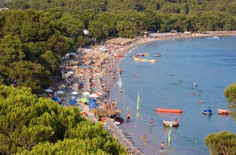 Guardian – Σκιάθος: Πρόστιμα για τους τουρίστες που παίρνουν μαζί τους βότσαλα! | Newsit.gr