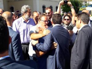 Χανιά: Αγκαλιές, φιλιά και ατάκες στον Αλέξη Τσίπρα μετά τις στιγμές έντασης – Οι εικόνες της επίσκεψης – video