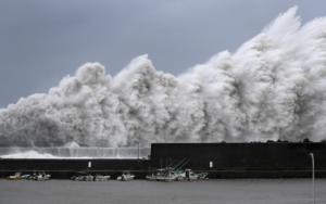 Ο τυφώνας Τζέμπι σφυροκοπά την Ιαπωνία – Ο σφοδρότερος από το 1993