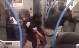 Πλακώθηκαν μέσα σε βαγόνι του μετρό για ένα σάντουιτς! – video