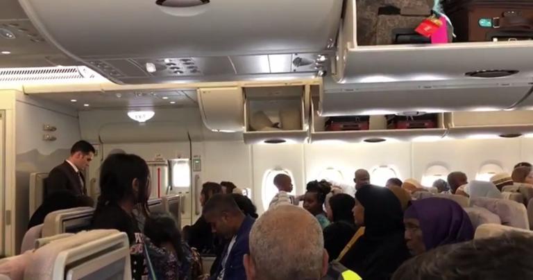 Μέσα στο αεροσκάφος της Emirates! Οι στιγμές αγωνίας με τους άρρωστους επιβάτες – Video