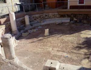 Αρχαιότητες στο έλεος βανδάλων – Λιωμένα κεριά σε ψηφιδωτά σε αρχαιολογικό χώρο στη Μυτιλήνη