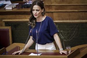«Αιχμές» 56 βουλευτών του ΣΥΡΙΖΑ κατά της Αχτσιόγλου για τις συντάξεις χηρείας