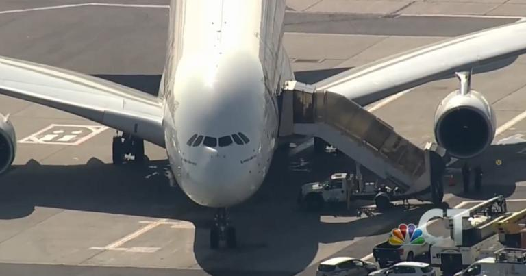 Η πτήση της συμφοράς! Σε καραντίνα 100 επιβάτες που αρρώστησαν… στον αέρα – Live εικόνα