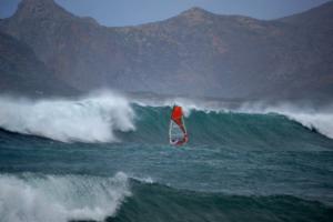 Χανιά: Κάνουν σέρφινγκ και χάνονται στα κύματα – Στους… ρυθμούς του «Ζορμπά» και στα Φαλάσαρνα [pics]