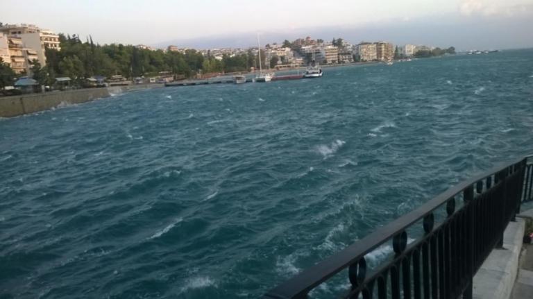 Χαλκίδα: Φόρεσε το μαγιό του και τους «κούφανε» – Απίθανες σκηνές στην παλιά γέφυρα του Ευρίπου [pics] | Newsit.gr