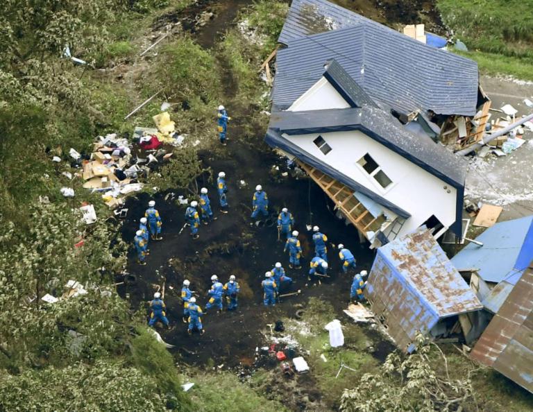 Σεισμός στην Ιαπωνία: Δεν σταματά να τρέμει η γη! 16 οι νεκροί