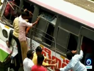 Αδιανόητη τραγωδία στην Ινδία! 55 νεκροί – Λεωφορείο έπεσε σε χαράδρα – video, pics