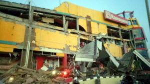 Ανείπωτος θρήνος στην Ινδονησία – 384 νεκροί από τον σεισμό και το καταστροφικό τσουνάμι – video