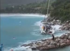 Λακωνία: Η στιγμή που ιστιοφόρο τσακίζεται στα βράχια σαν καρυδότσουφλο – Σαρωτικοί οι άνεμοι του κυκλώνα – video