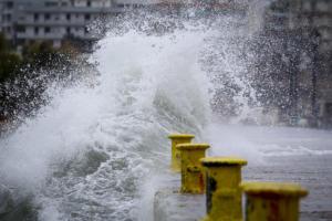 """Μας πήραν και μας σήκωσαν ο """"Ξενοφών"""" και ο """"Ζορμπάς"""" – Δεμένα πλοία – Κλειστά σχολεία – Καταστροφές και μέτρα προστασίας [pics]"""