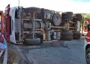 Κεφαλονιά: Ανατροπή πυροσβεστικού οχήματος με δύο τραυματίες – Η πρώτη εικόνα από το Αργοστόλι [pic]