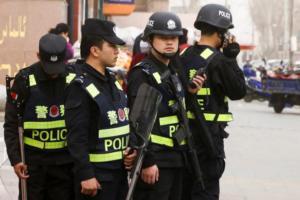 Σύλληψη άνδρα στο αεροδρόμιο του Βερολίνου – Φορούσε γιλέκο που κρέμονταν καλώδια