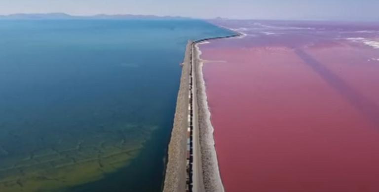 Μια λίμνη με τα μισά νερά μπλε και τα άλλα μισά ροζ! | Newsit.gr