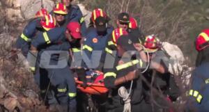 Μάνη: Η στιγμή που μεταφέρεται ο πυροσβέστης που τραυματίστηκε στη φωτιά – video
