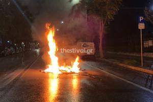 """Θεσσαλονίκη: """"Πόλεμος"""" έξω από το τουρικό προξενείο – Μολότοφ, χημικά και χειροβομβίδες κρότου λάμψης – video"""