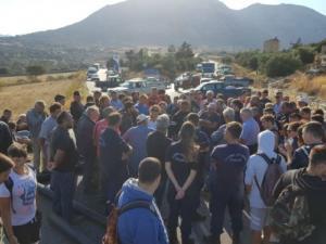 Νάξος: Διαμαρτυρία για το νερό – Έκλεισαν επαρχιακό δρόμο και μπλόκαραν αυτοκίνητα και σχολικά [pics]