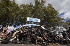 Παρίσι: Ρίξτε… παπούτσια, όχι βόμβες