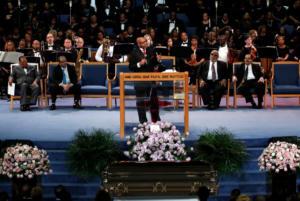 «Έξαλλη» η οικογένεια της Αρίθα Φράνκλιν για τον επικήδειο του πάστορα – «Απεχθής και προσβλητικός λόγος»