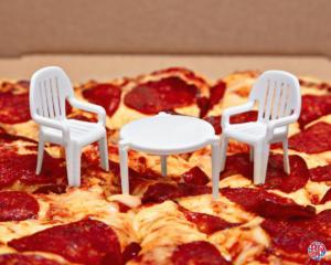 Η νέα πίτσα με… καρέκλες που «σαρώνει» το ίντερνετ [pics]