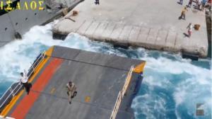 Σχοινούσα: Συνωστισμός στο λιμάνι – Η υδροφόρα που… «ταλαιπώρησε» το Blue Star Naxos – video