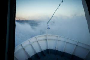 """Καιρός: Η στιγμή που τα κύματα """"καταπίνουν"""" το πλοίο Σκοπελίτης – Οι ισχυροί άνεμοι φέρνουν αυτές τις εικόνες!"""