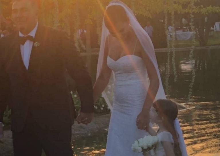 Αντώνης Ρέμος – Υβόννη Μπόσνιακ: Το νιόπαντρο ζευγάρι μαζί με την κόρη του! | Newsit.gr